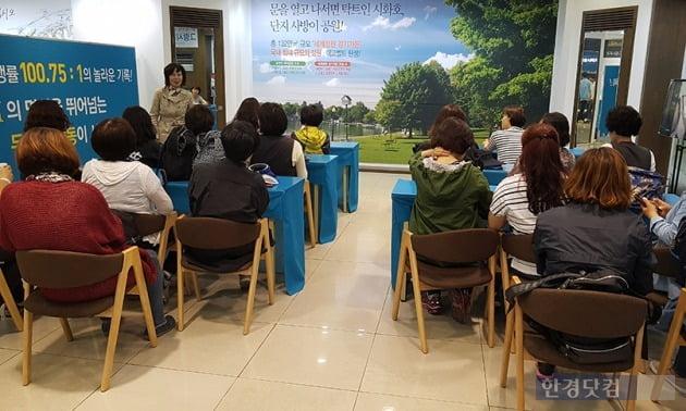 경기 안산의 '안산그랑시티자이' 홍보관에서 사업설명회를 듣는 사람들. 사진 전형진 기자
