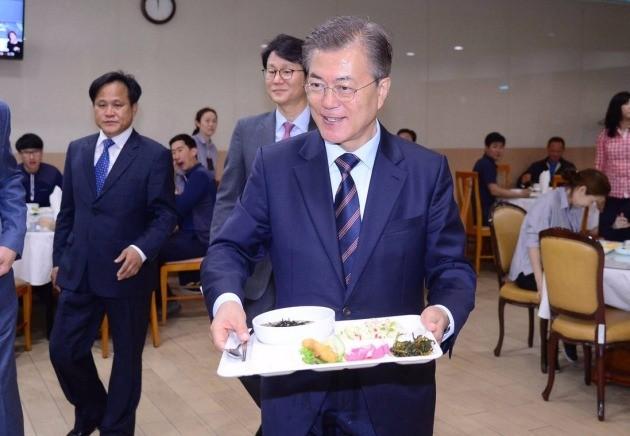 문재인 대통령이 청와대 위민2관 직원식당에서 직원들과 오찬을 위해 식판을 들고 이동하고 있다. 사진=강은구 기자(청와대사진기자단)