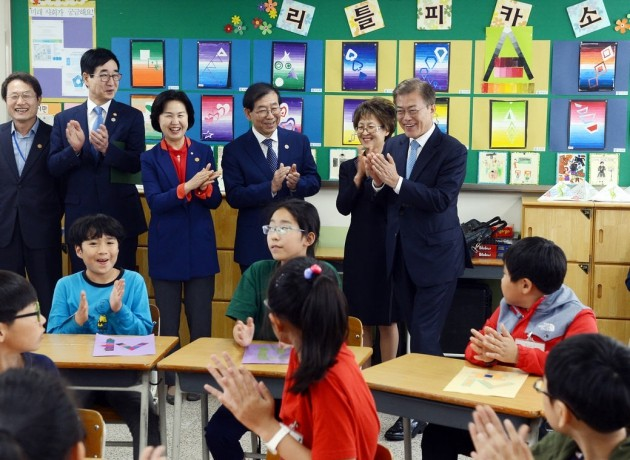 초등학교 방문한 문재인 대통령_청와대 사진기자단