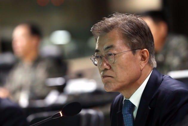 문재인 대통령이 17일 오후 서울 용산구 국방부 합동참모본부 작전통제실에서 합참의 보고를 받고 있다. /청와대 제공