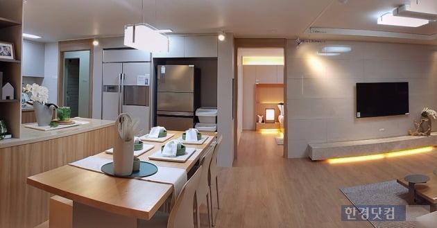 '한강신도시 예미지 뉴스테이' 전용면적 84㎡ 거실을 파노라마로 촬영한 모습. 사진 전형진 기자