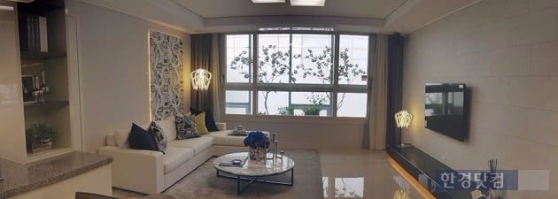 '인천 구월 지웰시티 푸르지오' 모델하우스에 전시된 전용 84㎡A 거실을 파노라마로 촬영한 모습. 전형진 기자