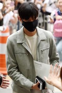 이민호, '옅은 미소 지으며 강남구청 선복무'