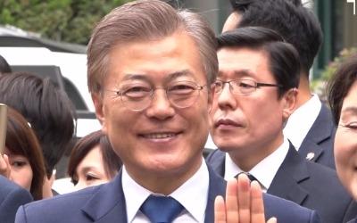 """투표 마친 문재인 """"촛불 대선, 투표해야만 실현"""""""
