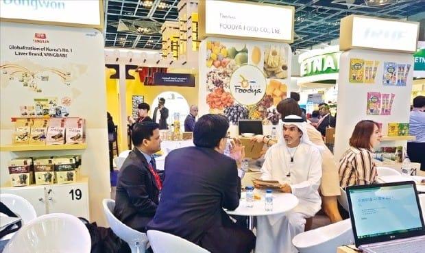 국내 식품업체 직원이 지난 2월26일 아랍에미리트(UAE) 두바이에서 열린 '2017 두바이식품박람회'에서 현지 바이어에게 제품을 설명하고 있다. aT 제공