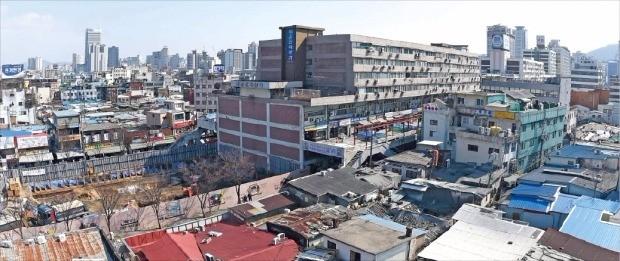 낙후된 세운상가 일대 도시재생 계획안이 12일 서울시에서 통과됐다. 서울시는 지난해부터 이 지역을 활성화하는 방안을 추진해왔다. 한경DB