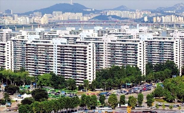 초고층동(棟) 추가, 굴뚝 보존 등의 쟁점이 불거지면서 서울 잠실주공5단지의 재건축 정비계획안 마련이 진통을 겪고 있다. 한경DB