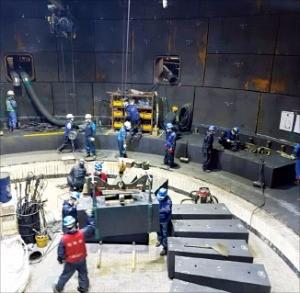 포스코 직원들이 초대형 고로 내부에서 작업하고 있다.
