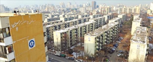재건축을 위해 오는 7월 주민 이주를 시작할 예정인 서울 강동구 둔촌주공아파트. 한경DB