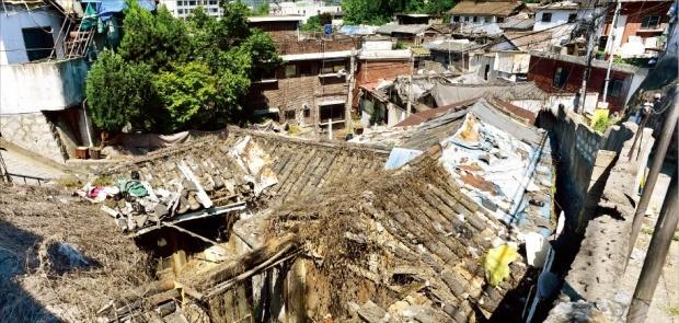 재개발을 추진하다 서울시의 '한양도성 성곽' 보존 방침 때문에 사업이 일방적으로 중단돼 흉물로 방치된 종로구 사직2구역. 서울시의 도시재생 사업 후보 지역 가운데 하나다. 허문찬 기자 sweat@hankyung.com