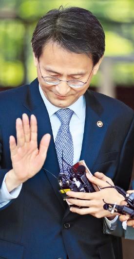 이창재 법무부 장관 권한대행이 19일 사의를 밝힌 뒤 경기 과천시 법무부청사를 나서고 있다. 연합뉴스