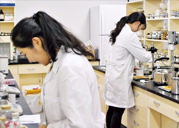 엘에스화장품 연구원들이 연구실에서 노화방지 등 피부친화물질 추출 실험을 하고 있다. 엘에스화장품 제공