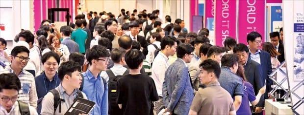 국내 최대 정보통신기술(ICT) 전시회인 '월드IT쇼 2017' 둘째날인 25일 관람객들이 서울 삼성동 코엑스에 마련된 전시 부스를 둘러보며 참가 업체들이 전시한 최신 정보통신기술을 살펴보고 있다. 27일까지 나흘간 열리는 월드IT쇼에는 4차 산업혁명을 주도할 가상현실(VR), 인공지능(AI), 사물인터넷(IoT), 빅데이터 등 첨단 기술이 전시되고 있다. 김영우 기자 youngwoo@hankyung.com