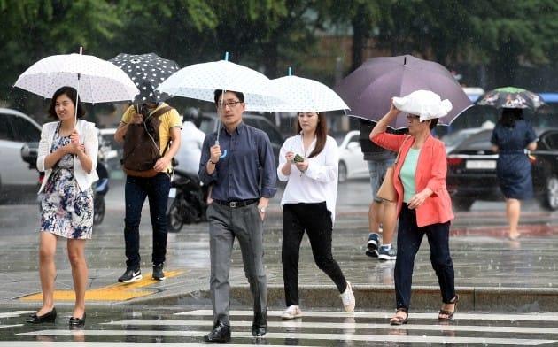 6·10 민주항쟁기념일이자 토요일인 10일 전국 대부분 지역에 구름이 많이 낀 가운데 서울·경기남부, 충북북부에는 오전 한때 소나기가 올 것으로 기상청은 전망했다. 한경DB.
