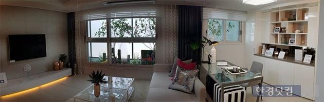 아파트 전용면적 59㎡를 파노라마로 촬영한 사진. 거실 오른쪽 밝은 부분은 확장 전 보조침실이던 공간이다. 전형진 기자