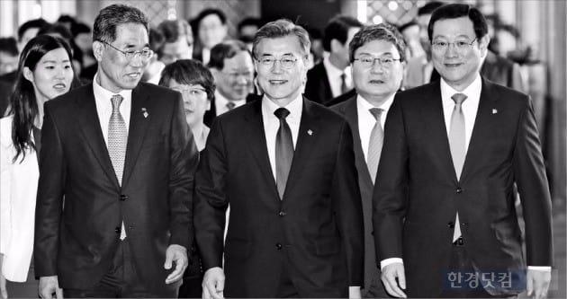 문재인 대통령(앞줄 왼쪽에서 두 번째)이 지난 21일 청와대에서 열린 일자리위원회 1차 회의를 주재하기 위해 회의장으로 향하고 있는 모습. / 사진=한경 DB