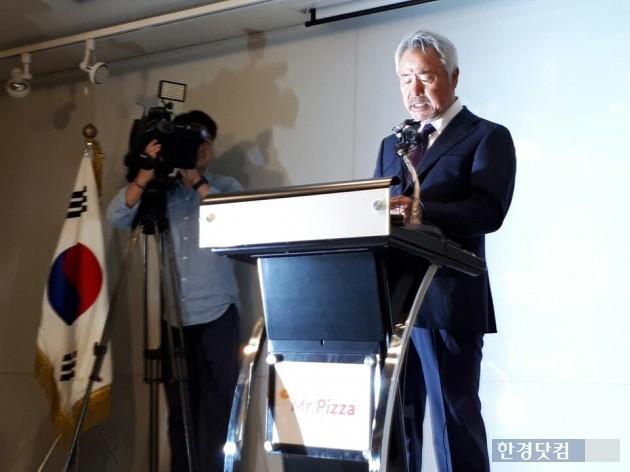 정우현 미스터피자 회장이 최근 논란이 되고 있는 '미스터피자 갑질'과 관련해 모든 책임을 지고 26일 전격 사퇴했다.