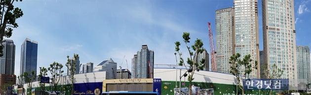'용산 센트럴파크 해링턴 스퀘어' 공사현장과 주변에 들어선 주상복합 단지들. 전형진 기자