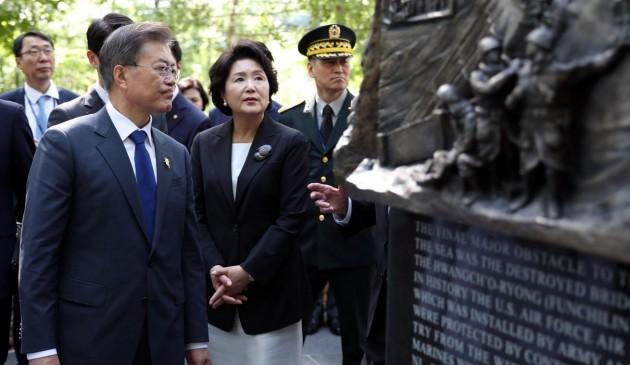 장진호 전투 기념비를 찾은 문재인 대통령 내외_사진 허문찬 기자