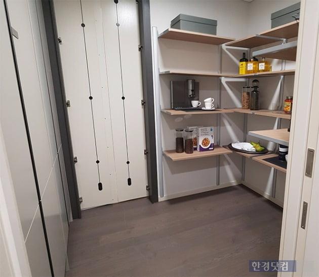 보조주방 안쪽에 있는 대형 팬트리. 거실쪽에서 열 수 있는 문이 보인다. 전형진 기자