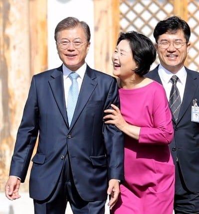 문재인 대통령(왼쪽 첫 번째) 부인 김정숙 여사(오른쪽 두 번째) / 사진=청와대사진기자단