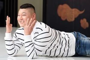 강호동, '바닥에 엎드려 환한 미소~'