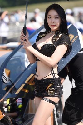 레이싱모델 엄지아, '잘록한 허리라인 뽐내며~'