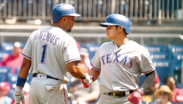 텍사스 레인저스의 추신수가 11일 워싱턴 내셔널스와의 방문경기에서 9회 초 솔로 홈런을 터뜨린 뒤 동료 엘비스 앤드러스와 기쁨을 나누고 있다. AFP연합뉴스