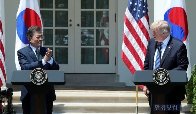 문재인 대통령이 30일 오전(현지시간) 트럼프 미국 대통령과 백악관 로즈가든에서 공동 언론 발표를 했다. 트럼프 미국 대통령이 발언을 마친 후 문 대통령에게 악수를 청하고 있다. 워싱턴=청와대사진기자단 허문찬 기자 sweat@hankyung.com