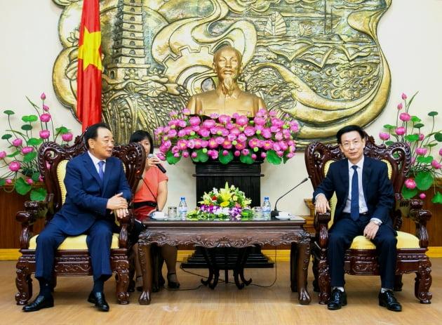 박연차 태광실업그룹 회장이 베트남 남딘성 성장과 환담하고 있다.