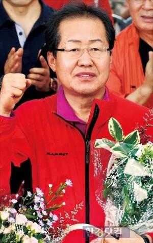 지난 3일 오전 경기도 남양주시 조안면 시우리에서 열린 자유한국당 2차 전당대회에서 당대표로 선출된 홍준표 후보가 손을 들어보이고 있다./ 사진=한경 DB
