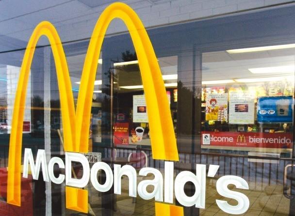 고기패티가 덜 익은 맥도날드 햄버거를 먹고 HUS(용혈성요독증후군)에 걸렸다며 피해자 가족이 맥도날드 한국지사를 식품안전법 위반 혐의 등으로 5일 서울중앙지검에 고소했다. 한경DB.