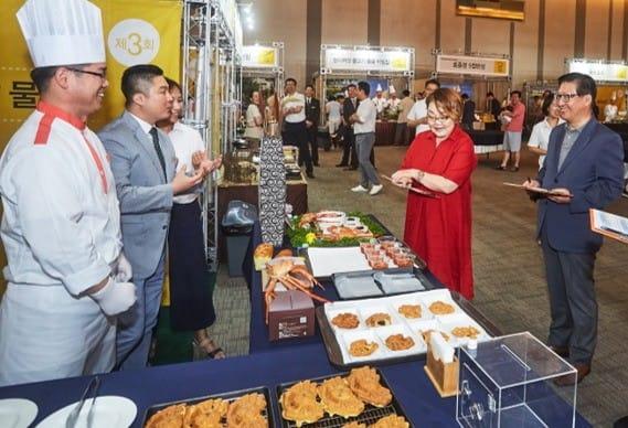 한화호텔앤드리조트 문석 대표이사(우측 첫 번째)와 요리전문가 이혜정씨(우측 두 번째)가 평가를 하고 있다.