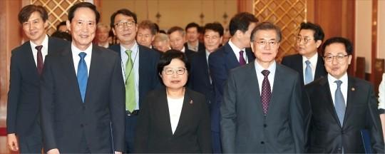 문재인 대통령이 13일 오후 청와대에서 송영무 국방부 장관(앞줄 맨 왼쪽), 정현백 여성가족부 장관(왼쪽 두 번째), 유영민 미래창조과학부 장관(맨 오른쪽)에게 임명장을 수여한 뒤 간담회를 위해 함께 이동 하고 있다. 허문찬 기자 sweat@hankyung.com