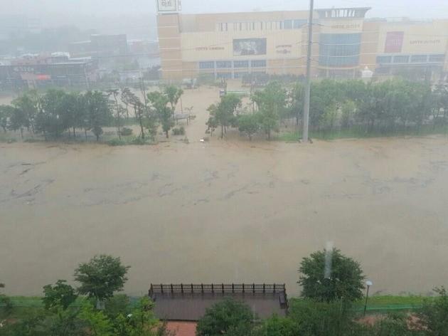 청주 복대동에 위치한 롯데아울렛이 쏟아져내린 폭우에 일부 잠겼다(사진=독자 제보)