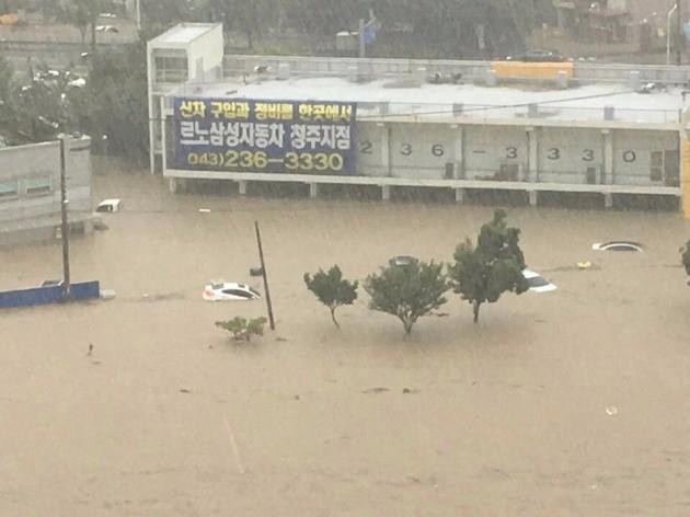 청주 복대동 지웰시티에서 바라본 폭우 현장(사진=독자 제보)