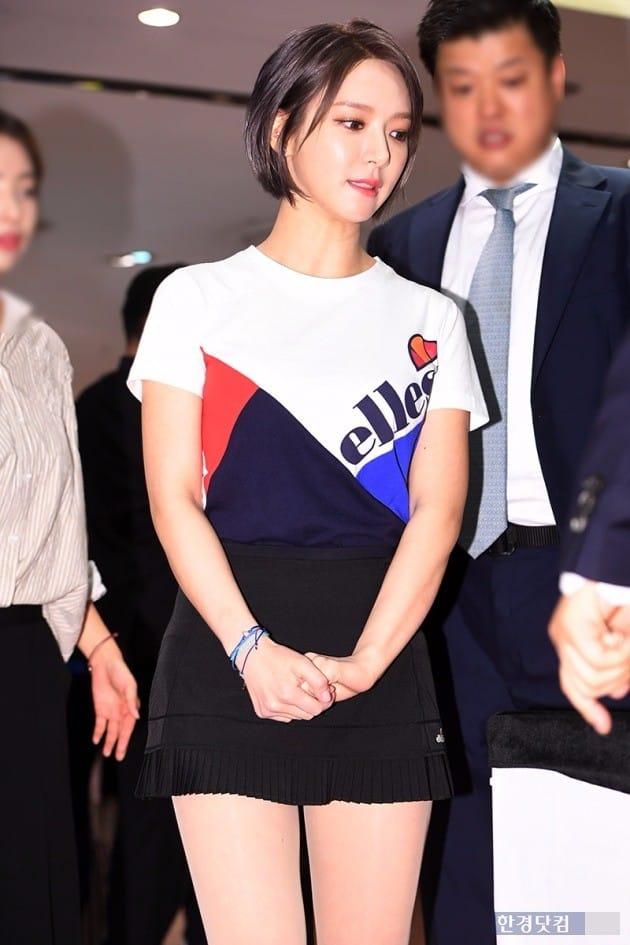 초아, '긴장한 모습으로 팬사인회 참석'