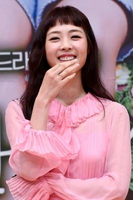 이연희, '선홍빛 의상 선홍빛 잇몸'