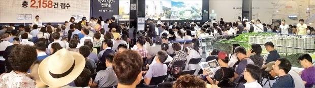 경기 성남 판교신도시에서 분양 중인 '판교 더샵 퍼스트파크' 아파트 모델하우스가 지난 3일 특별공급 신청자로 발 디딜 틈 없이 붐비고 있다. 특별공급분은 올 들어 수도권에서 가장 높은 소진율(97%)을 기록했다. 아시아디벨로퍼  제공