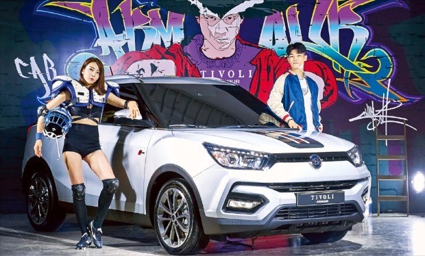 쌍용자동차가 17일 서울 논현동 SJ쿤스트할레에서 소형 스포츠유틸리티차량(SUV)인 '티볼리 아머(armour·갑옷)'를 선보였다. 차 이름(아머)을 강조하기 위해 갑옷을 입은 모델이 차량을 소개하고 있다. 김범준 기자 bjk07@hankyung.com