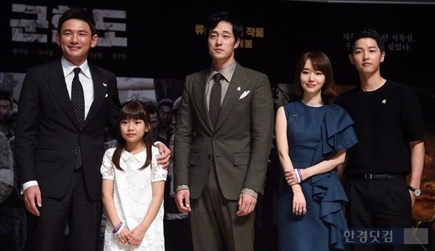 영화 '군함도' 제작보고회에 참석한 주연 배우들. / 사진=최혁 한경닷컴 기자