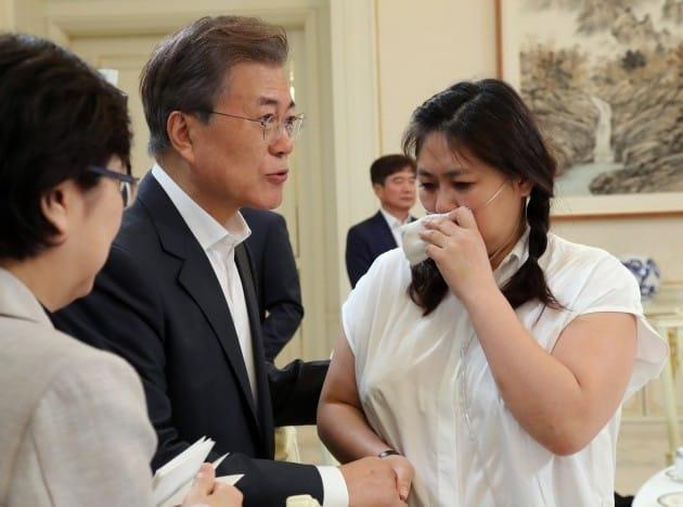 문재인 대통령이 8일 오후 청와대에서 열린 가습기 살균제 피해자 간담회에서 산소호흡기를 하고 있는 조순미 '너나우리' 공동대표를 만나 얘기를 들어주고 있다./청와대 사진 기자단