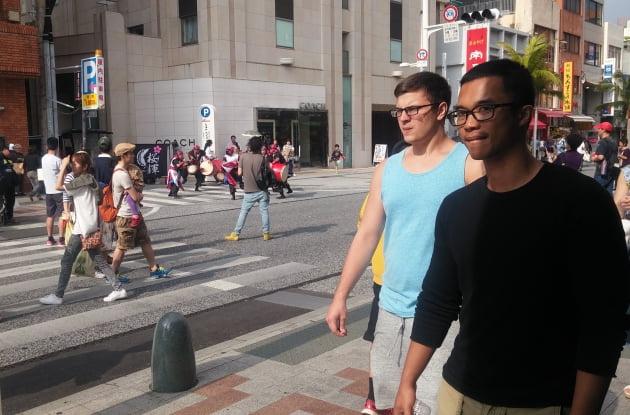 오키나와 거리를 지나면 머리카락 짧은 미국인들을 많이 만난다. 왜 그럴까? 이 소설은 그 해답을 찾아준다.