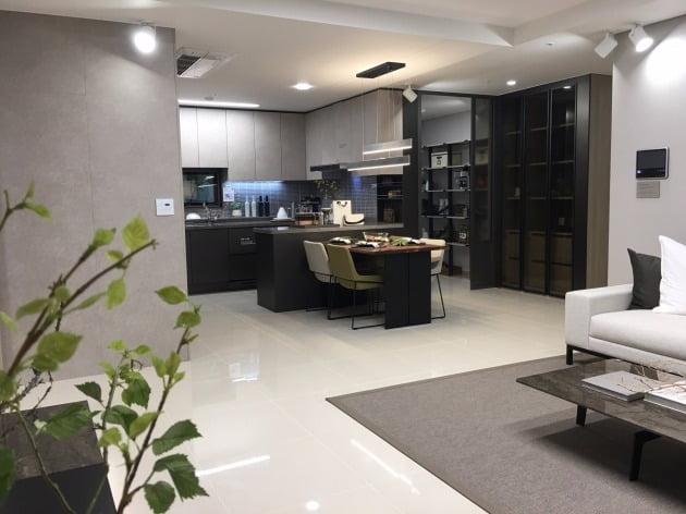 '여수 웅천 꿈에그린 더테라스' 전용면적 84㎡A의 거실과 주방. 한화건설 제공