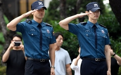 최강창민·최시원, 의경 만기 전역…국내외 팬 운집