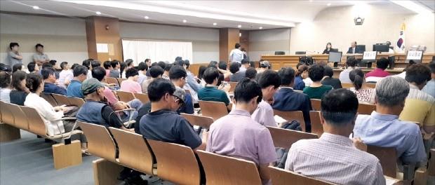 7일 서울동부지방법원에서 경매 응찰자들이 입찰 결과를 기다리고 있다.  선한결 기자