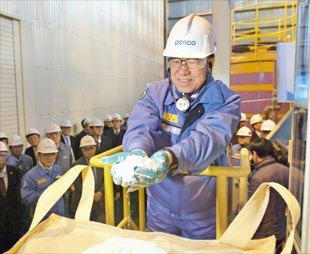 지난 2월 연산 2500t 규모의 리튬 생산 공장 준공식에 참석한 권오준 포스코 회장이 국내 최초로 생산된 탄산리튬 최종 제품을 들어 보이고 있다. 포스코 제공