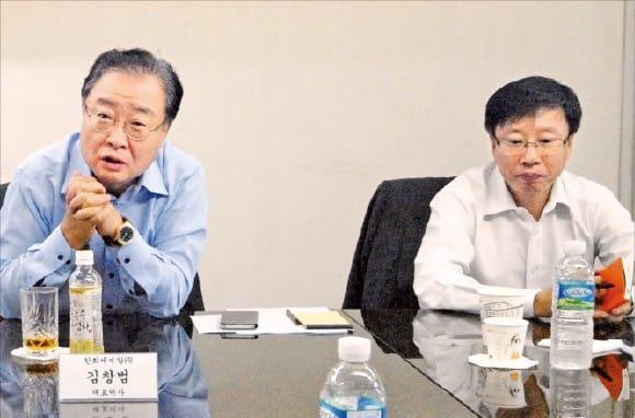 김창범 한화케미칼 사장(왼쪽)이 공정거래·상생협력 간담회에서 협력사 지원 방안을 설명하고 있다.  한화케미칼 제공