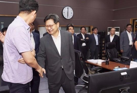 KBS MBC 노조 파업 실시. MBC 김장겸 사장이 출근해 건재함을 과시했다. /사진=MBC