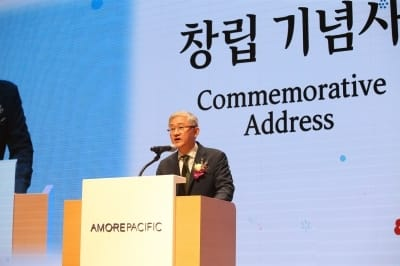 """서경배 아모레퍼시픽 대표 """"세상에 없는 혁신 상품 만들라"""""""